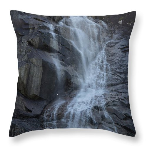 Water Falls Throw Pillow featuring the photograph Shannon Falls_mg_--2 by Roger Patterson