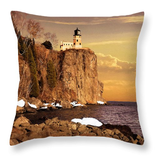 Split Rock Throw Pillow featuring the photograph Split Rock Lighthouse by Susan Rissi Tregoning