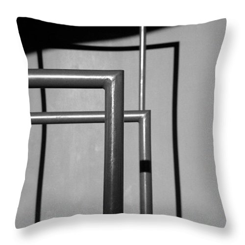 Guggenheim Museum Photographs Throw Pillow featuring the photograph Xadrez 2004 1 Of 1 by Ordi Calder