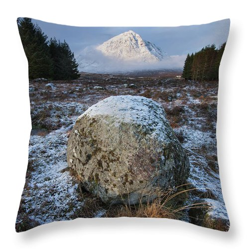 Rannoch Moor Throw Pillow featuring the photograph Buachaille Etive Mor Sunlight by Paul Whiting