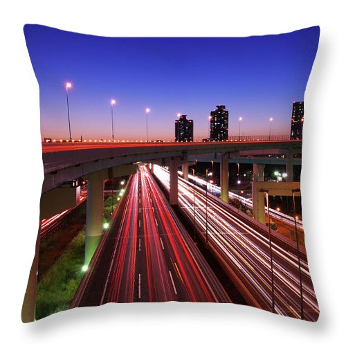 Two Lane Highway Throw Pillow featuring the photograph Highway At Night by Takuya Igarashi