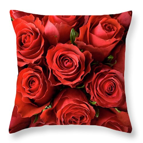 Event Throw Pillow featuring the photograph Red Roses by Malerapaso