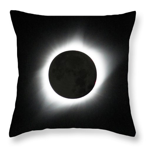 Solar Eclipse Throw Pillow featuring the photograph The great American Eclipse by Nunzio Mannino