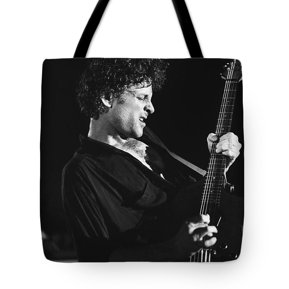 Lyndsey Buckingham Tote Bag featuring the photograph Guitarist Lyndsay Buckingham by Concert Photos