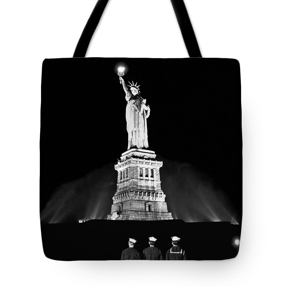 1945 Tote Bag featuring the photograph Statue Of Liberty On V-e Day by Underwood Archives