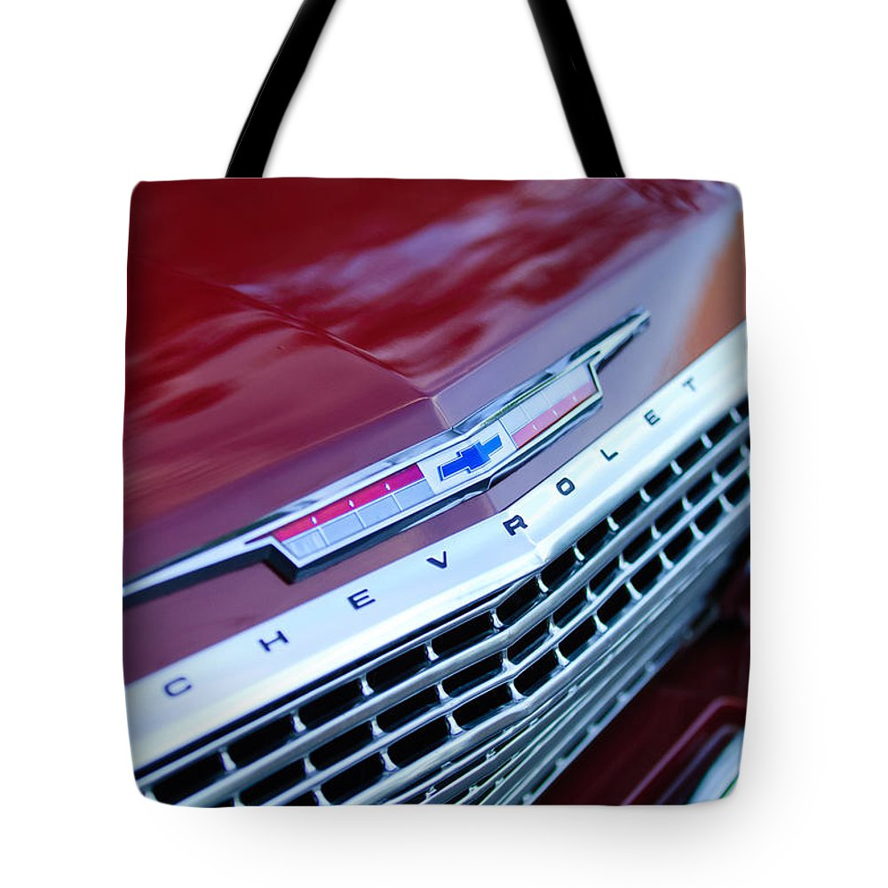 1962 Chevrolet Impala Ss Emblem Tote Bag featuring the photograph 1962 Chevrolet Impala Ss Grille by Jill Reger