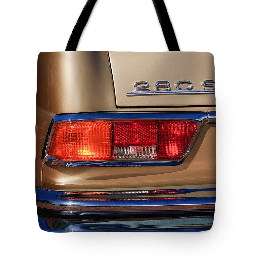 1971 Mercedes-benz 280se 3.5 Cabriolet Taillight Emblem Tote Bag featuring the photograph 1971 Mercedes-benz 280se 3.5 Cabriolet Taillight Emblem by Jill Reger