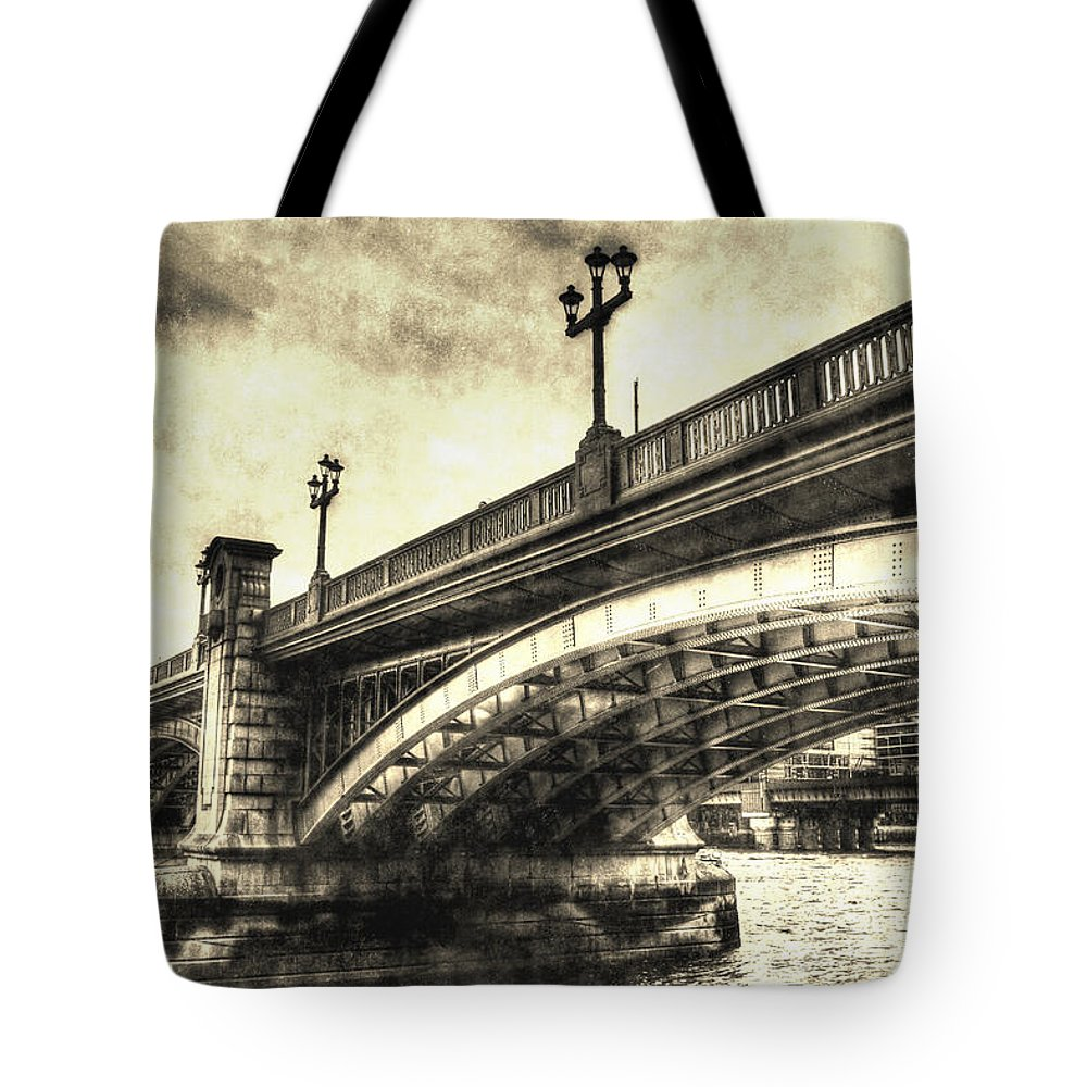 Southwark Tote Bag featuring the photograph Southwark Bridge London by David Pyatt