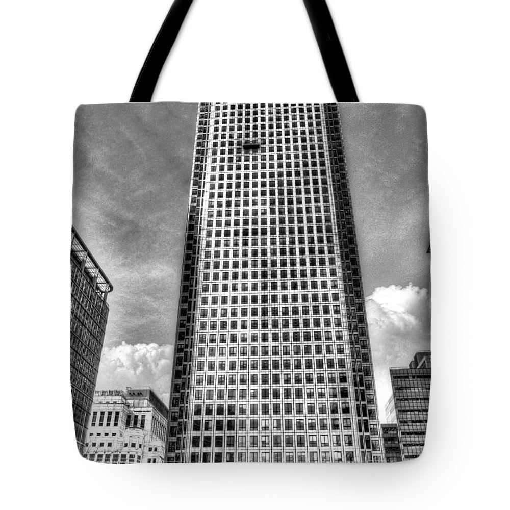 Canary Wharf Tote Bag featuring the photograph Canary Wharf Tower by David Pyatt