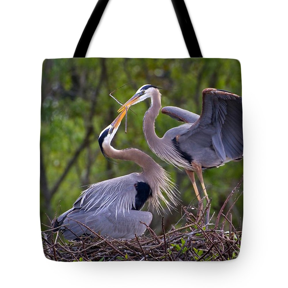 Bird Tote Bag featuring the photograph A Gift For The Nest by Sabrina L Ryan