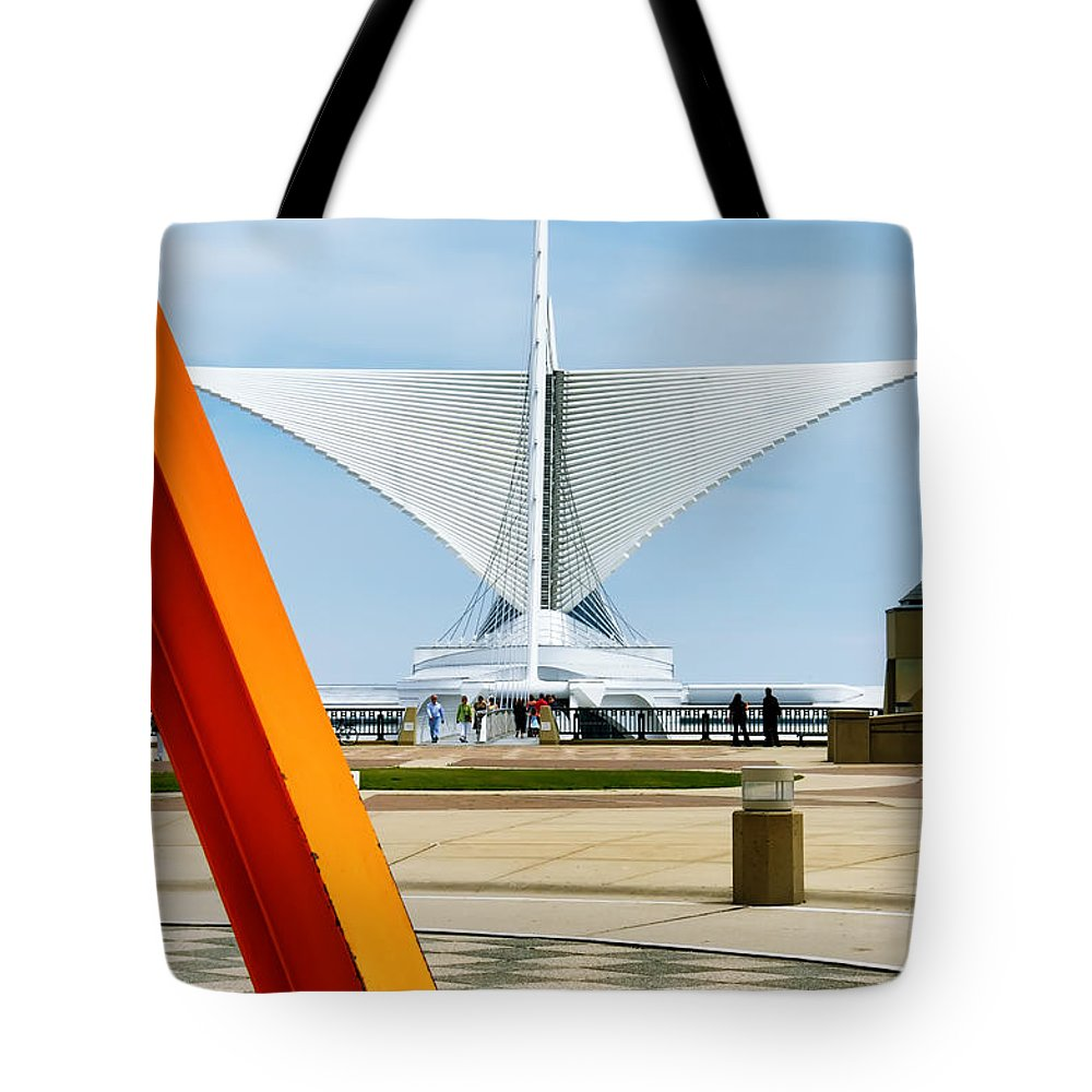 Milwaukee Art Museum Tote Bag featuring the photograph The Milwaukee Art Museum By Santiago Calatrava by David Perry Lawrence
