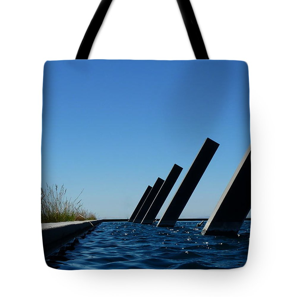 Artesa Winery Sculpture Tote Bag featuring the photograph Artesa Winery Sculpture Pond by Jeff Lowe