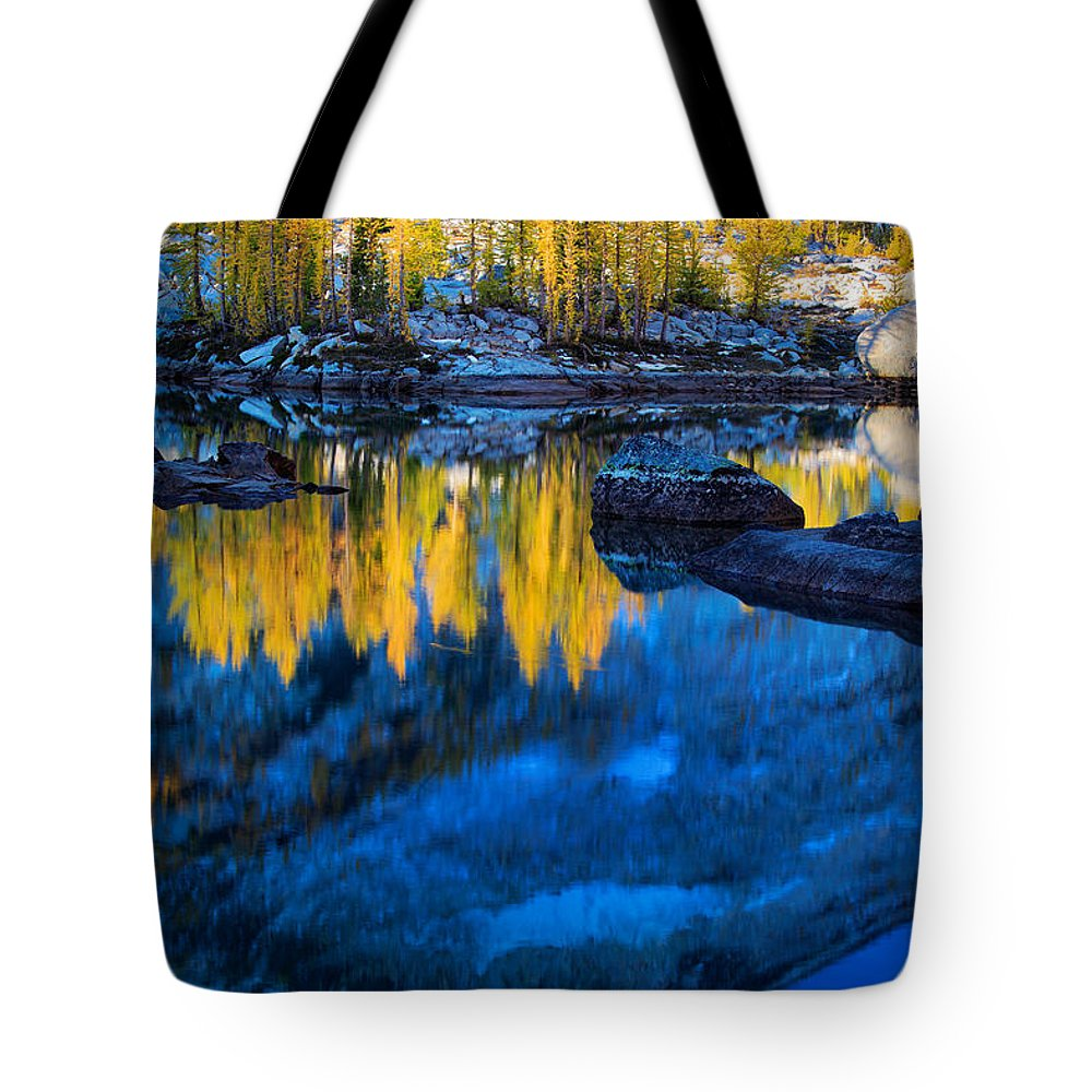 Alpine Lakes Wilderness Tote Bag featuring the photograph Blue And Yellow by Inge Johnsson