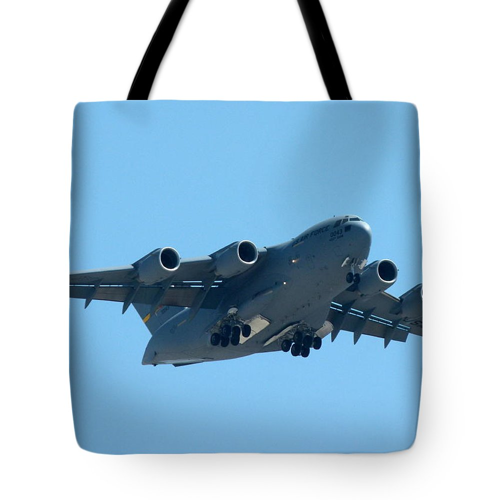 Boeing Tote Bag featuring the photograph Boeing C17 Globemaster by Jeff Lowe
