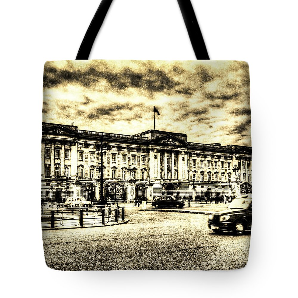 Vintage Tote Bag featuring the photograph Buckingham Palace Vintage by David Pyatt