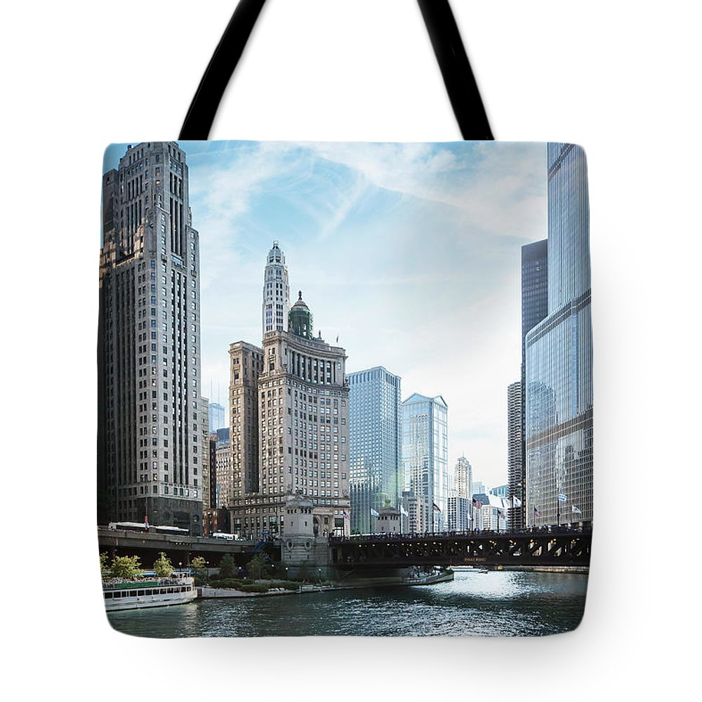 Wake Tote Bag featuring the photograph Chicago River by Bjarte Rettedal