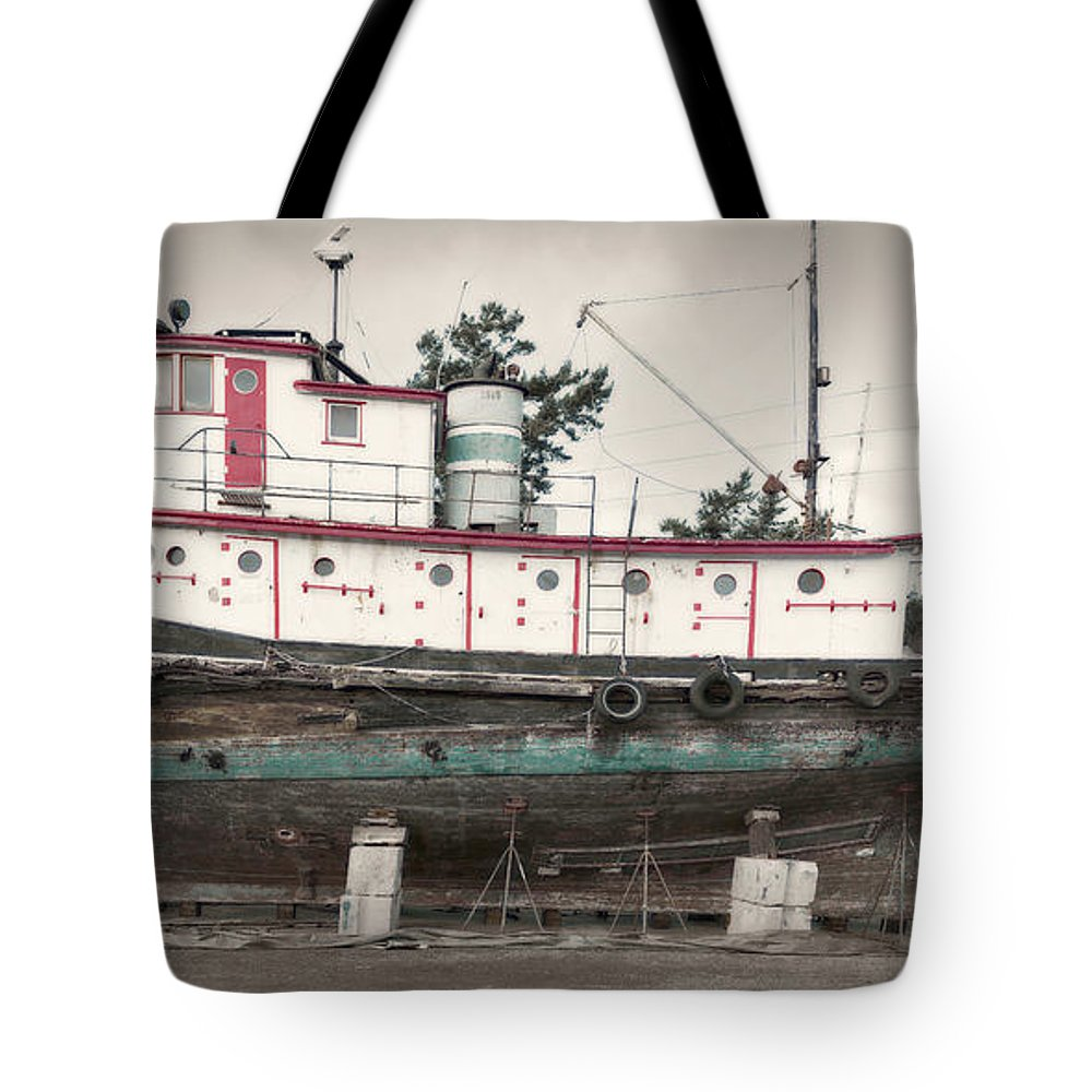 Tug Tote Bag featuring the photograph Chickamagua by Bob Stevens