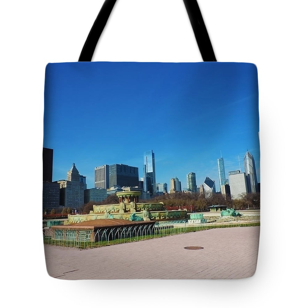 Chicago Tote Bag featuring the photograph Downtown Chicago With Buckingham Fountain 2 by Cityscape Photography