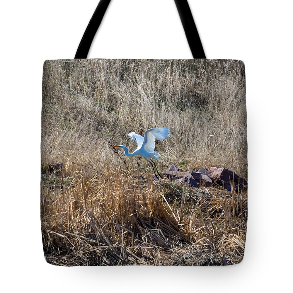 South Dakota Tote Bag featuring the photograph Great Egret Takes Flight by M Dale