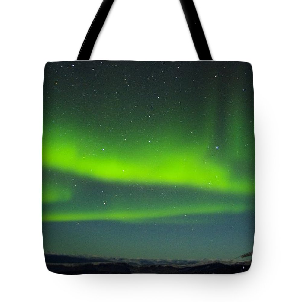 Alaska Aurora Borealis Tote Bag featuring the photograph Green Lady Dancing 25 by Phyllis Spoor