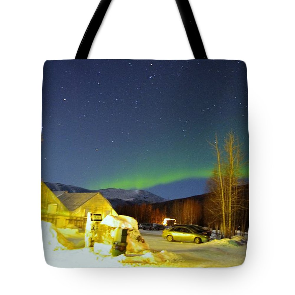 Alaska Aurora Borealis Tote Bag featuring the photograph Green Lady Dancing 34 by Phyllis Spoor