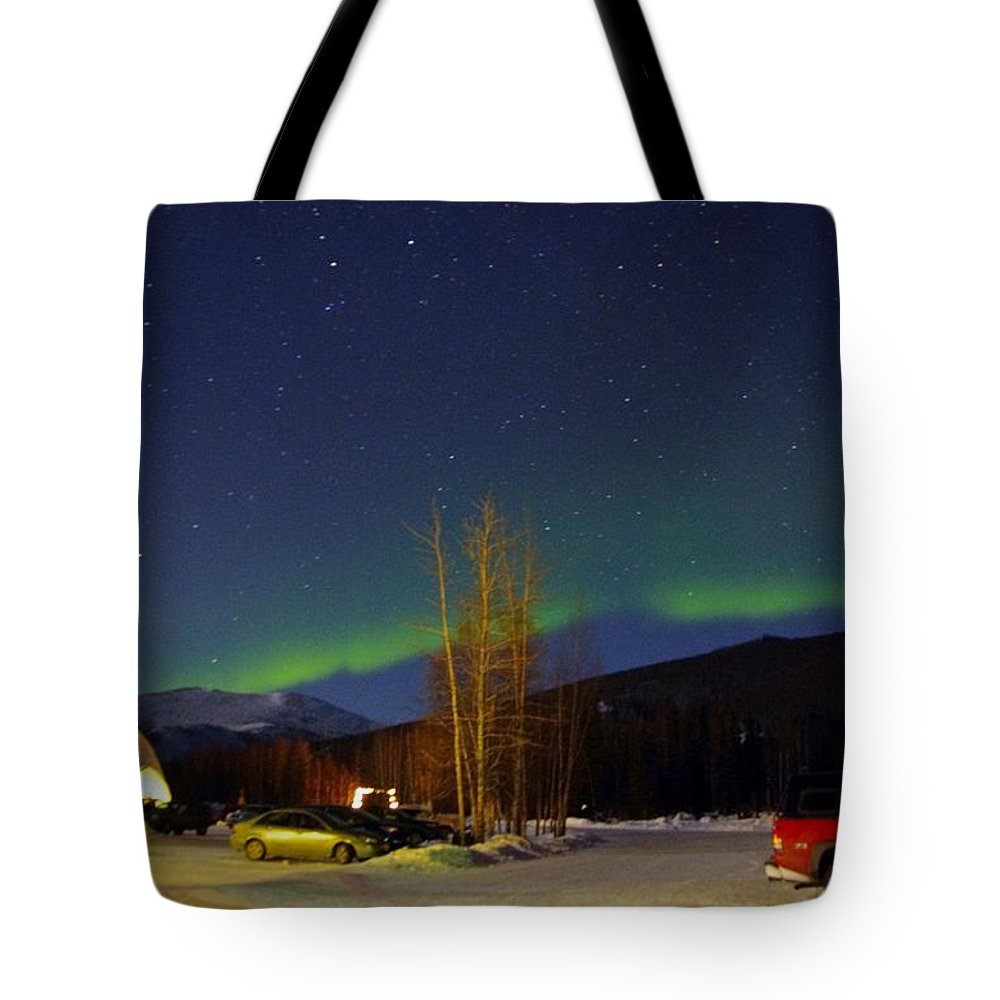 Alaska Aurora Borealis Tote Bag featuring the photograph Green Lady Dancing 35 by Phyllis Spoor