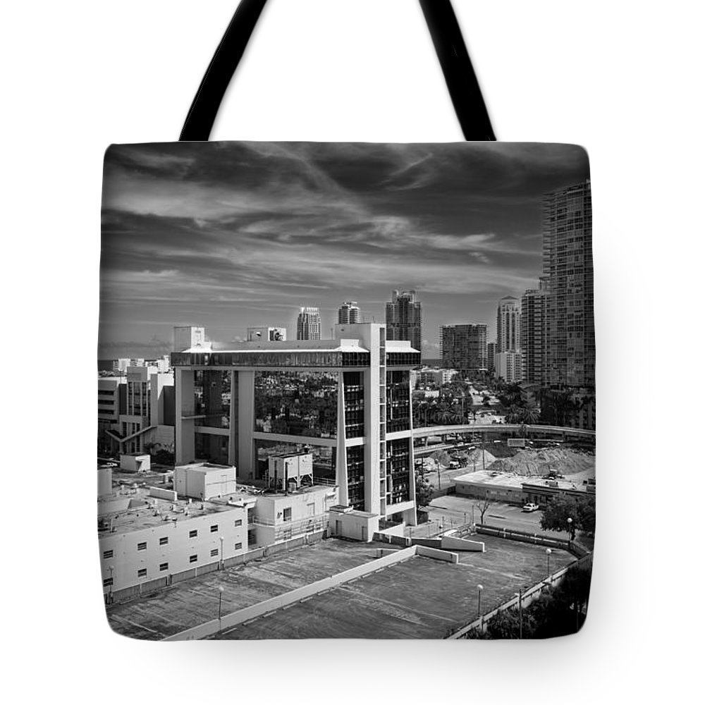 Miami Tote Bag featuring the photograph Miami Beach-0152bw by Rudy Umans