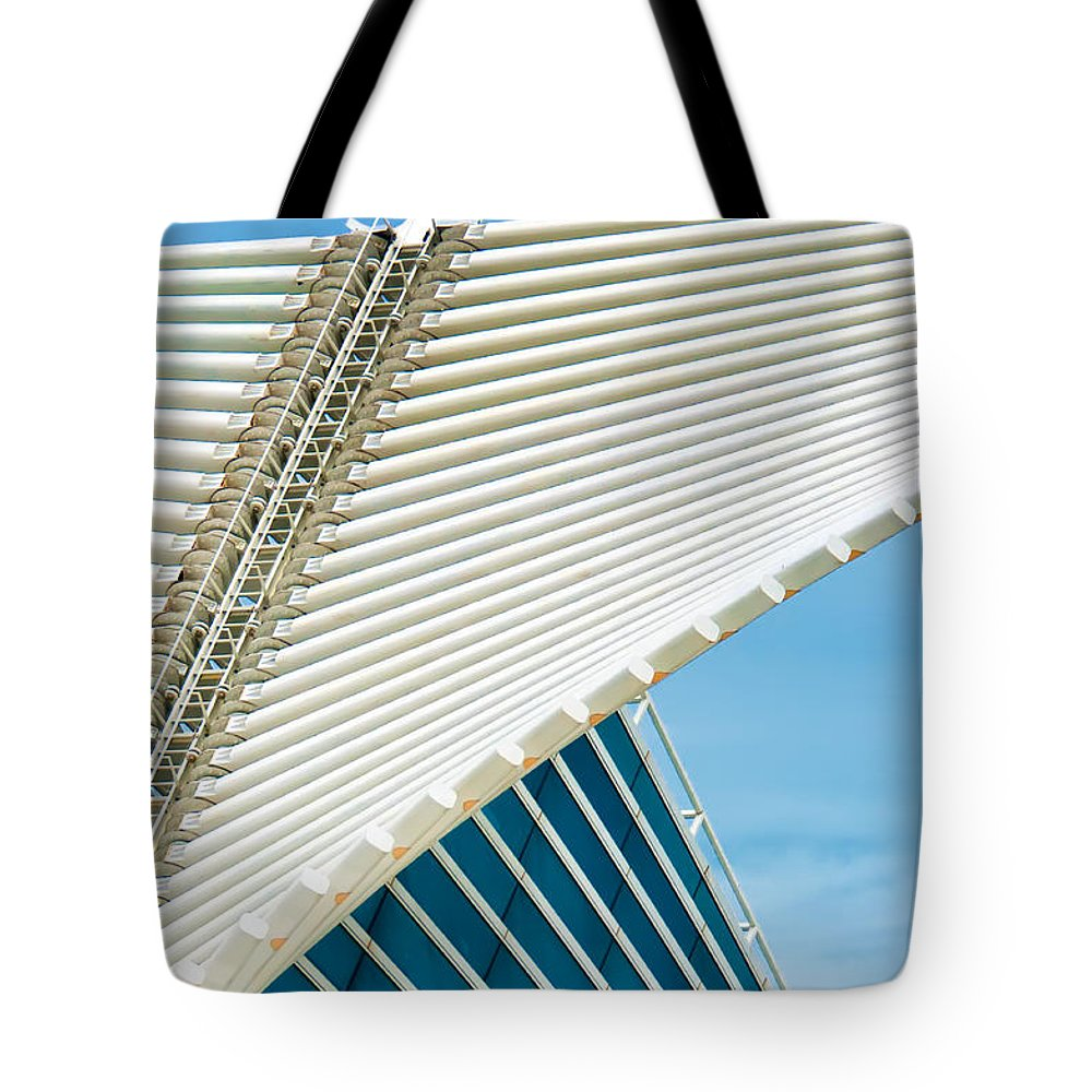 Milwaukee Art Museum Tote Bag featuring the photograph Milwaukee Art Museum by David Perry Lawrence
