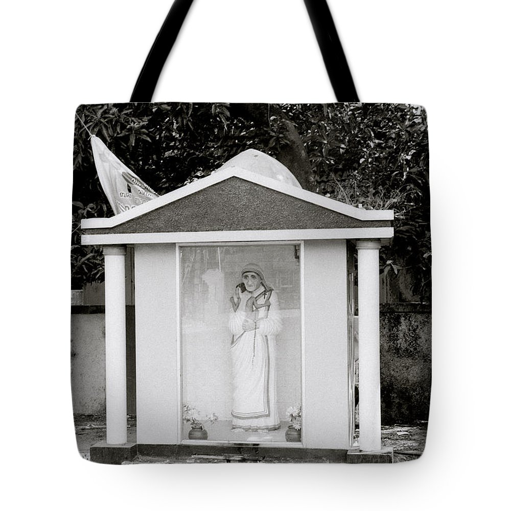 Mother Teresa Tote Bag featuring the photograph Mother Teresa In Cochin by Shaun Higson