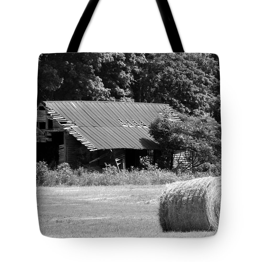 Old Barn Tote Bag featuring the photograph Barn In Kentucky No 84 by Dwight Cook