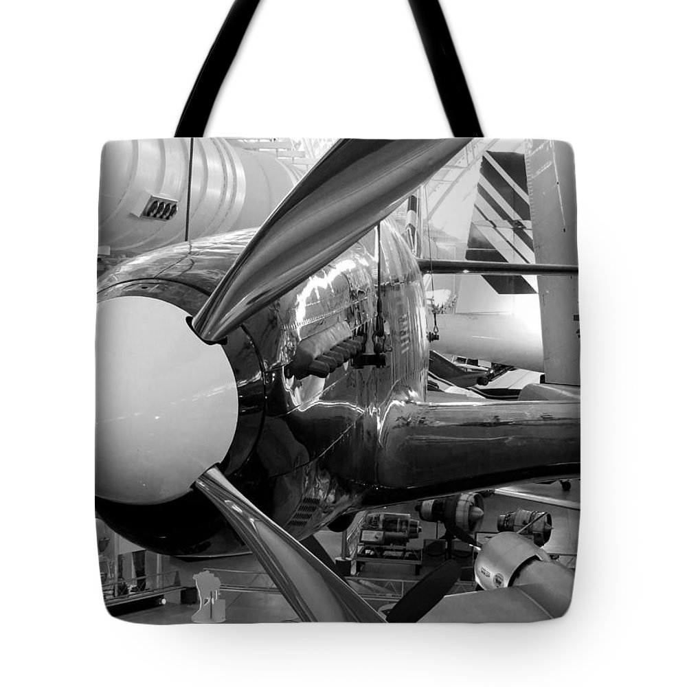 Udvar-hazy Tote Bag featuring the photograph P-51c by Jon Munson II