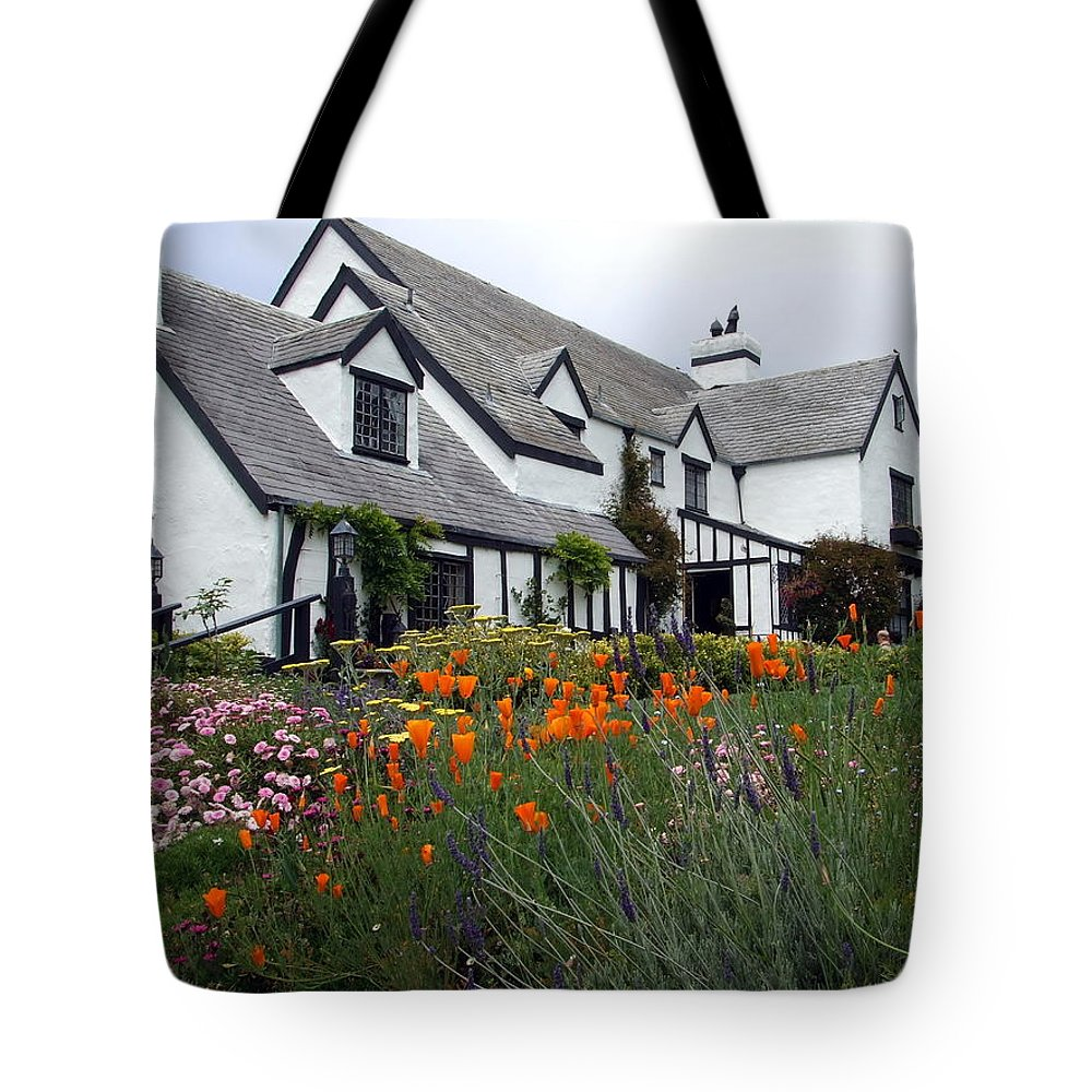 Richard Reeve Tote Bag featuring the photograph Pelican Inn Garden by Richard Reeve