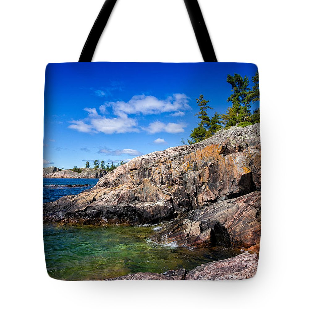 North Tote Bag featuring the photograph Rocky Coast And Clear Water Of Lake Superior by Les Palenik