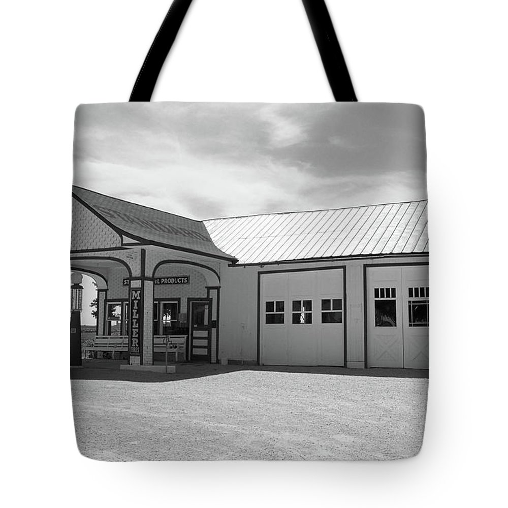 66 Tote Bag featuring the photograph Route 66 - Odell Gas Station by Frank Romeo