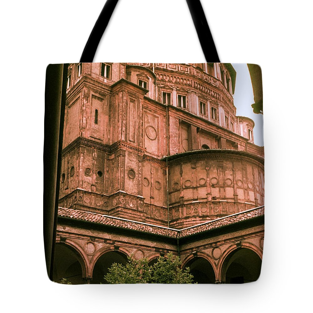 Aanta Maria Delle Grazie Milan Churches Building Buildings Church Structure Structures Architecture City Cities Cityscape Cityscapes Italy Tote Bag featuring the photograph Santa Maria Delle Grazie by Bob Phillips