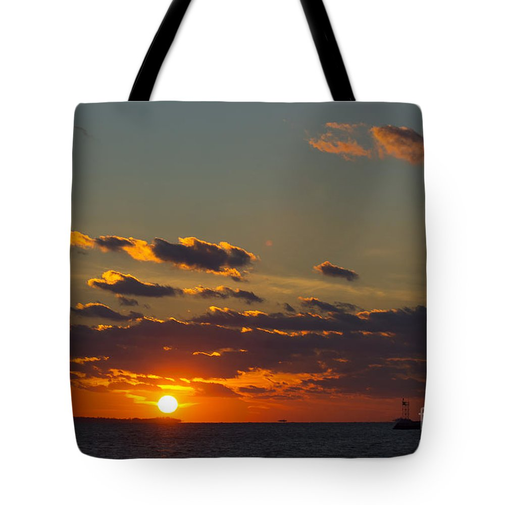 Sun Tote Bag featuring the photograph Setting Southwest by Joe Geraci