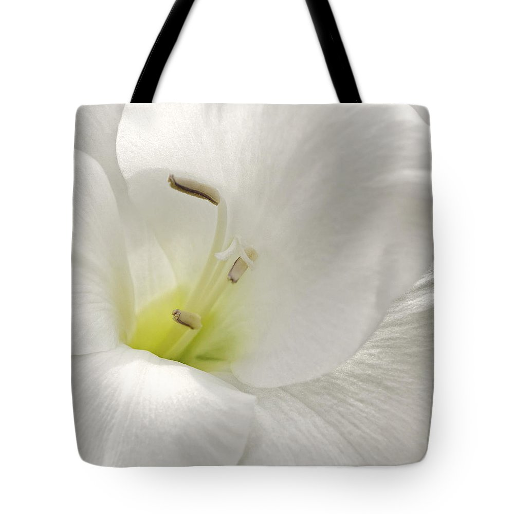Floral Tote Bag featuring the photograph Simplicity by Darlene Kwiatkowski
