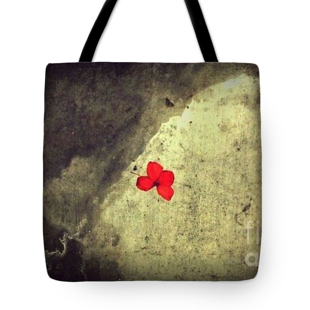 Street Snapshot Tote Bag featuring the photograph The Breathing Reddish by Fei A