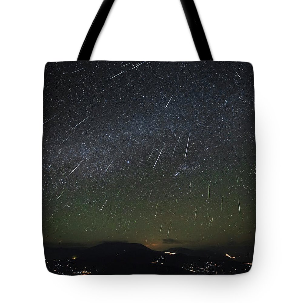 Horizontal Tote Bag featuring the photograph The Geminids Meteor Shower Streaks by Jeff Dai