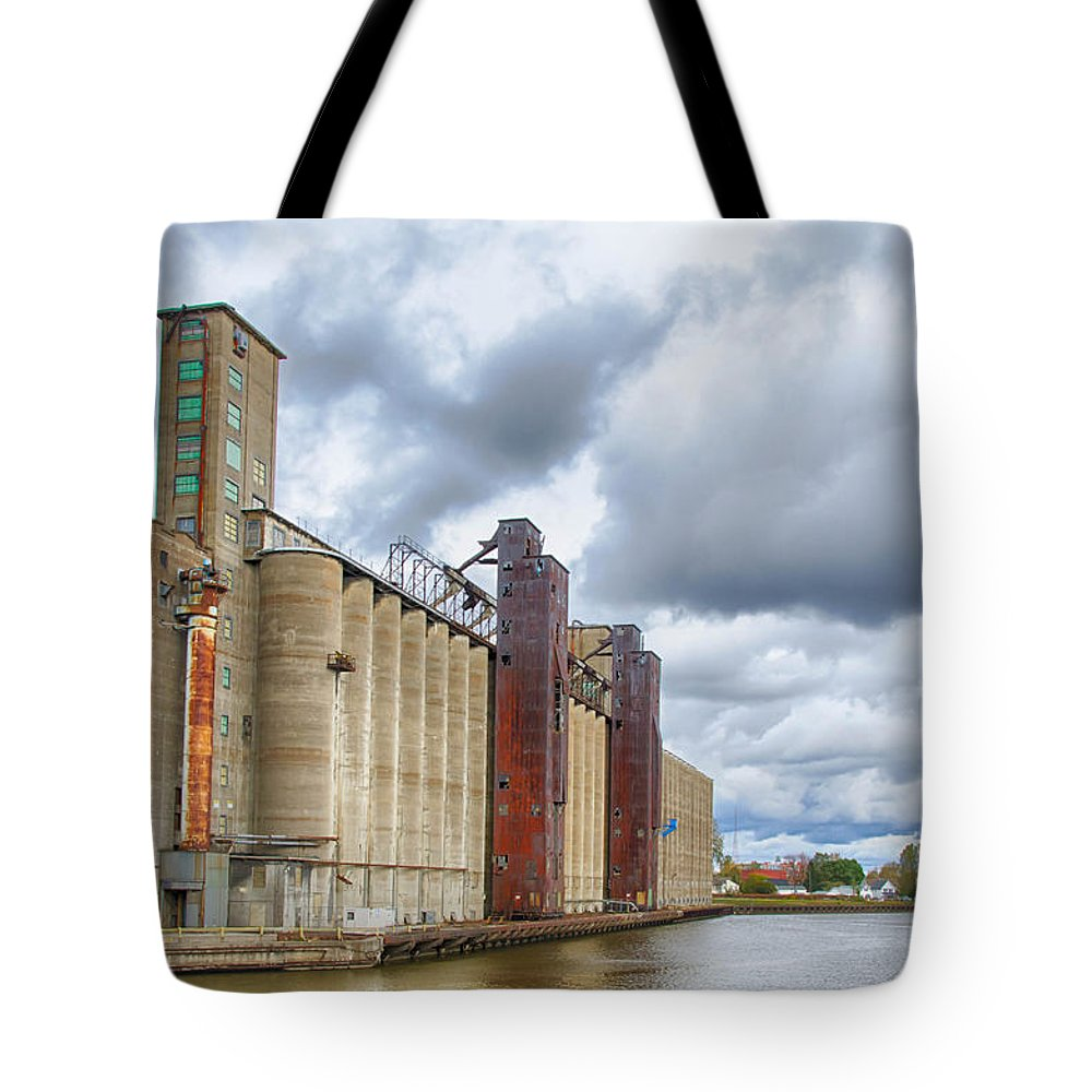 Buffalo Tote Bag featuring the photograph The Standard Elevator 7d08245h by Guy Whiteley