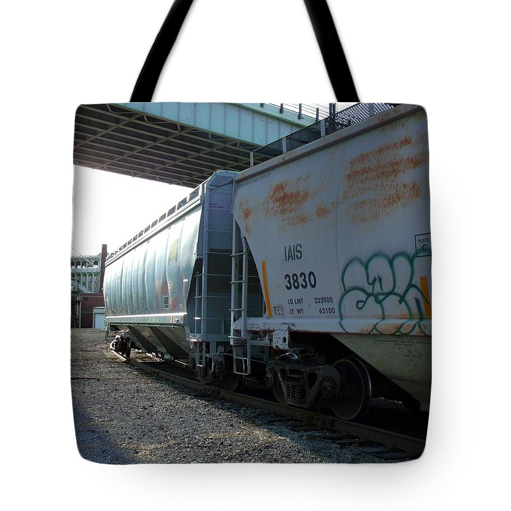 Train Tote Bag featuring the photograph Train In The City by Wendy Gertz