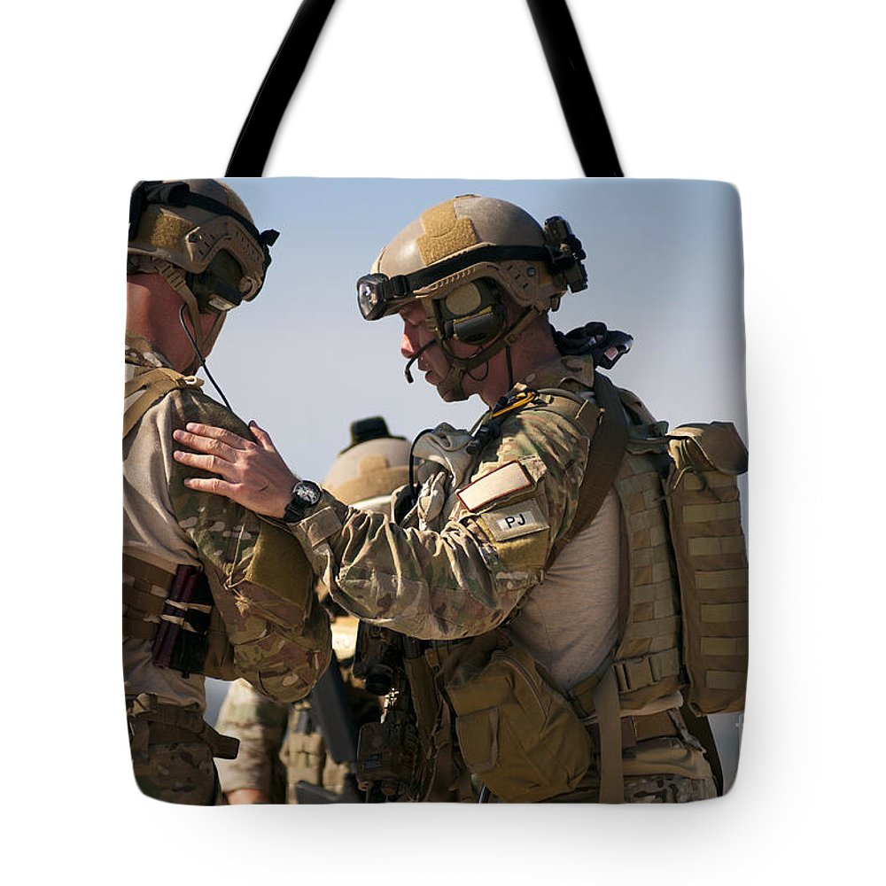 Horizontal Tote Bag featuring the photograph U.s. Air Force Pararescue Jumpers by Stocktrek Images