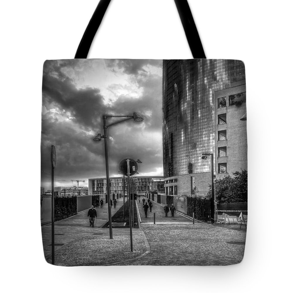 B&w Tote Bag featuring the photograph Walking by Roberto Pagani