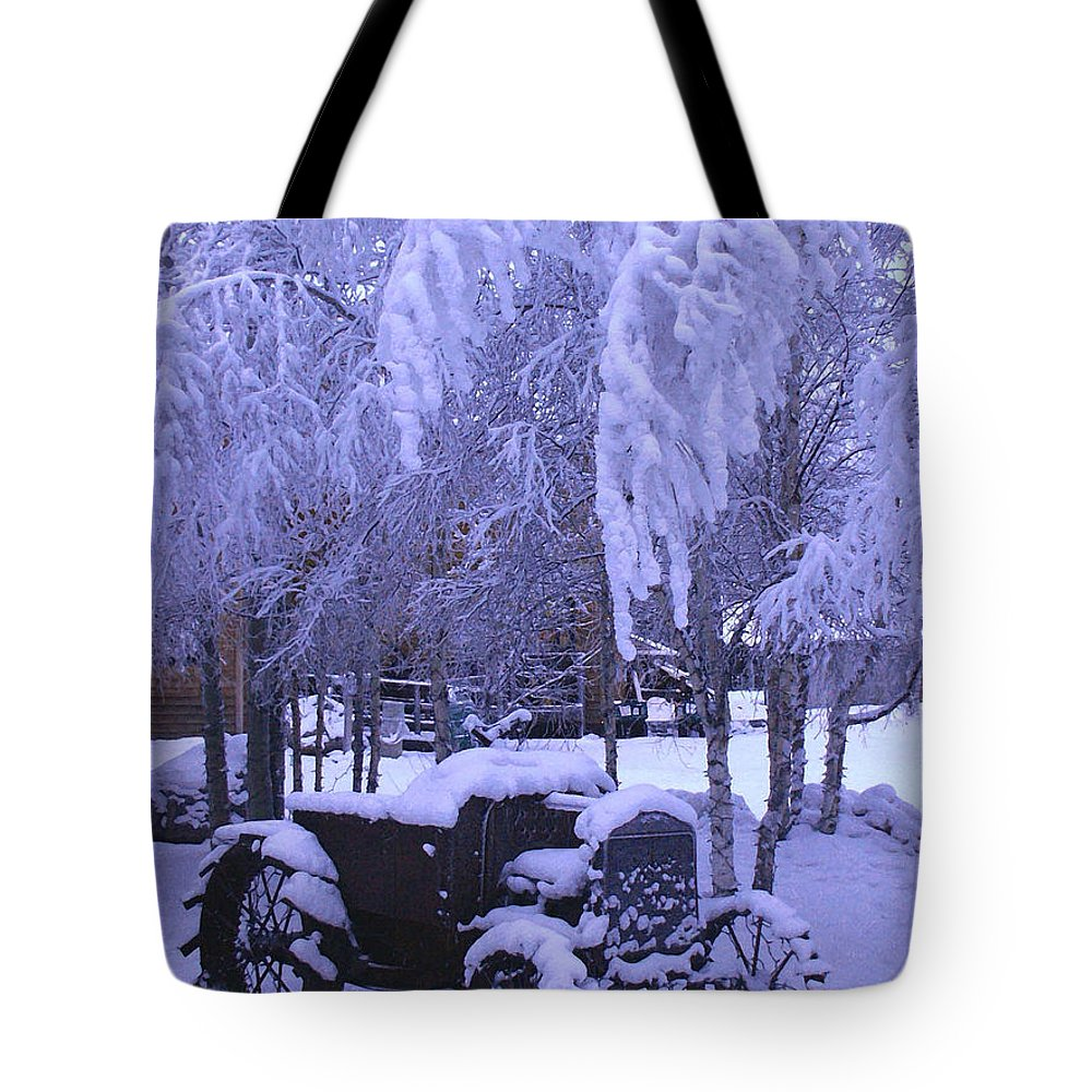 Auto Tote Bag featuring the photograph Frozen Beauty by Perri Kelly