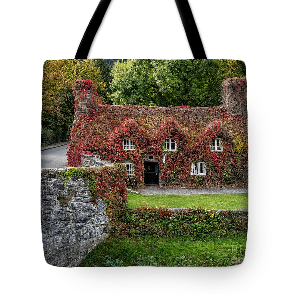 15th Century Tote Bag featuring the photograph Ye Olde Courthouse by Adrian Evans