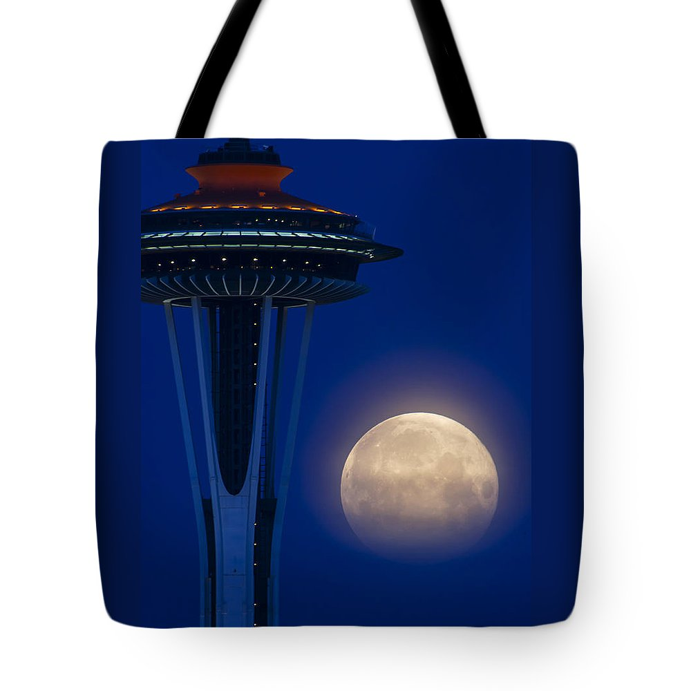 Tote Bag featuring the photograph Super Moon 2012 by Yoshiki Nakamura