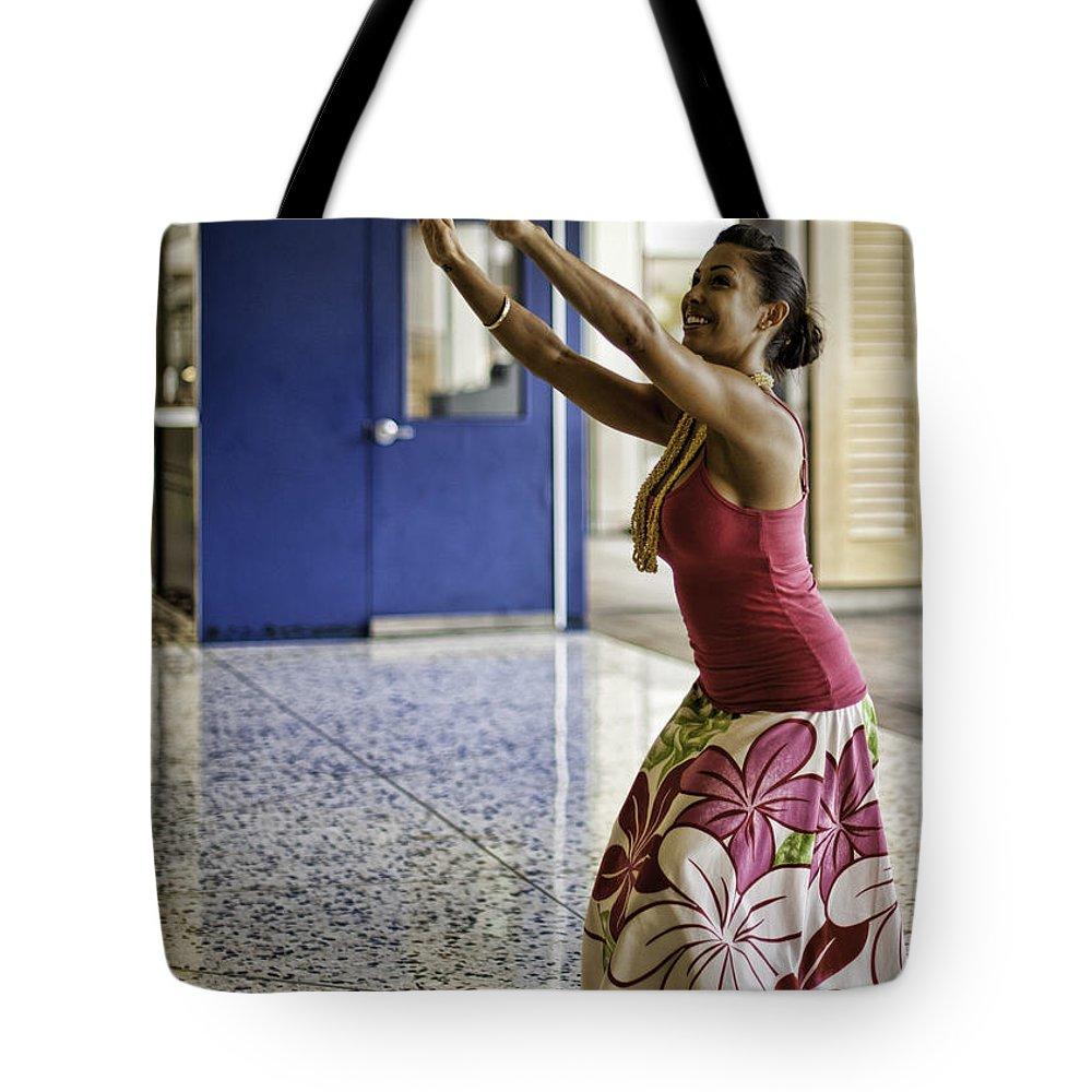 honolulu Airport Tote Bag featuring the photograph Airport Aloha by Dan McManus