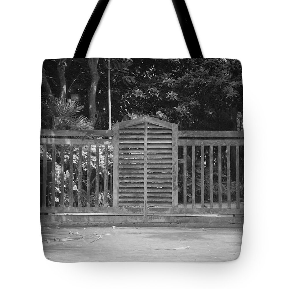 Black And White Tote Bag featuring the photograph Bargate by Rob Hans