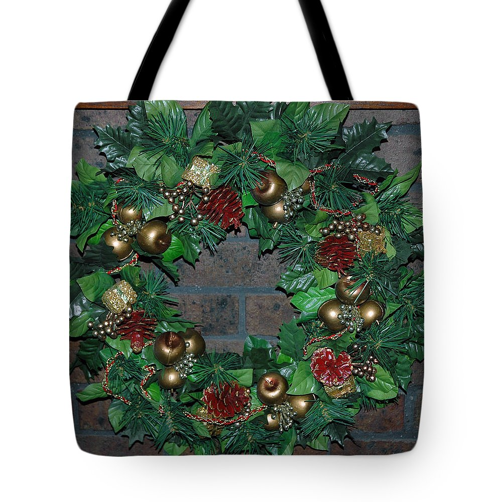 Christmas Tote Bag featuring the photograph Christmas Wreath by LeeAnn McLaneGoetz McLaneGoetzStudioLLCcom