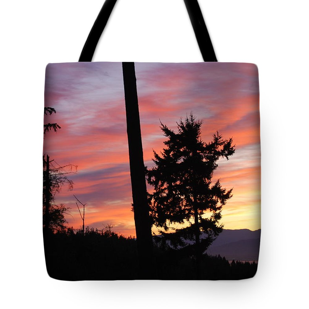 Sunrise Tote Bag featuring the photograph Daybreak On The Island by Michael Merry